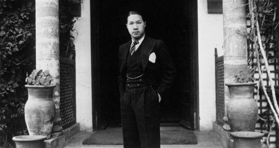 Vị Vua cuối cùng của Việt Nam có vóc dáng cao lớn (1m82), gương mặt điển trai, lối sống phóng khoáng, phong độ, vì vậy mà có đời sống tình cảm khá phực tạp, chịu điều tiếng là mê ăn chơi, hưởng lạc. Bức ảnh này được chụp Bảo Đại trong trang phục dạ hội tại Pháp vào năm 1932 (Ảnh: Agence Mondial)