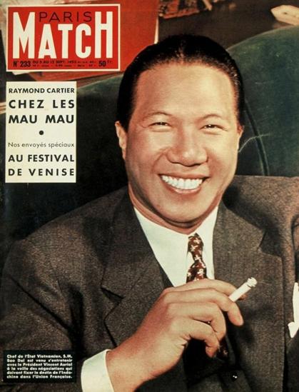 """Vua Bảo Đại trên trang bìa tạp chí Pháp Paris Match, số ra tháng 9/1953, vẫn với điếu thuốc lá trên tay - thứ gần như gắn liền với """"thương hiệu"""" Bảo Đại (Ảnh: (Ảnh: Walter Carone/Paris Match)"""