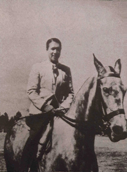 Bảo Đại được biết đến là một người cưỡi ngựa điêu luyện như một kỵ sỹ. Ông cũng yêu thích và hâm mộ nhiều môn thể thao thời thượng, quý tộc thời đó như golf, tennis, bơi thuyền. (Ảnh: Raymond Reuter/Sygma/Corbis)