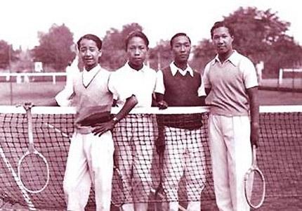 """Bảo Đại đặc biệt thích chơi Tennis. Vì vậy sau khi về nước ông đã cho xây dựng một sân quần vợt """"tiêu chuẩn quốc tế"""" ngay tại kinh thành Huế, khiến nhiều du khách hiện nay tới thăm di tích Cố đô Huế vẫn nghĩ đó là một công trình hiện đại được xây sau này!"""