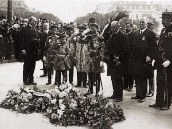 Bảo Đại tiếp xúc với nền văn hóa Pháp từ rất sớm. Bức ảnh trên chụp khi ông còn đang là Hoàng tử Vĩnh Thụy, trong chuyến thăm tới Pháp năm 1922 cùng Vua cha Khải Định (Ảnh: T. Do Khac)