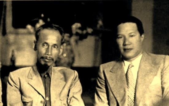 Một bức ảnh hiếm hoi Bảo Đại chụp cùng Chủ tịch Hồ Chí Minh. Không rõ ngày tháng của bức ảnh nhưng nhiều khả năng là giai đoạn sau khi ông thoái vị và tham gia Chính quyền Việt Nam Dân chủ Cộng hòa (Ảnh: T. Do Khac)