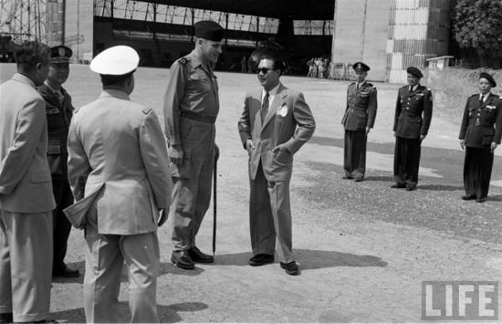 Sau thời gian dài lưu vong ở Hồng Kông rồi Pháp, Bảo Đại về nước vào tháng 3/1949 để 4 tháng sau đó lên làm Quốc trưởng Chính phủ Lâm thời Quốc gia Việt Nam do thực dân Pháp dựng lên. Trong hình ông đang đứng nói chuyện với viên sỹ quan Pháp khi vừa đáp xuống sân bay Gia Lâm, Hà Nội vào tháng 3/1954, vẫn trong bộ âu phục chải chuốt quen thuộc cùng cặp kính râm lịch lãm (Ảnh: Life)