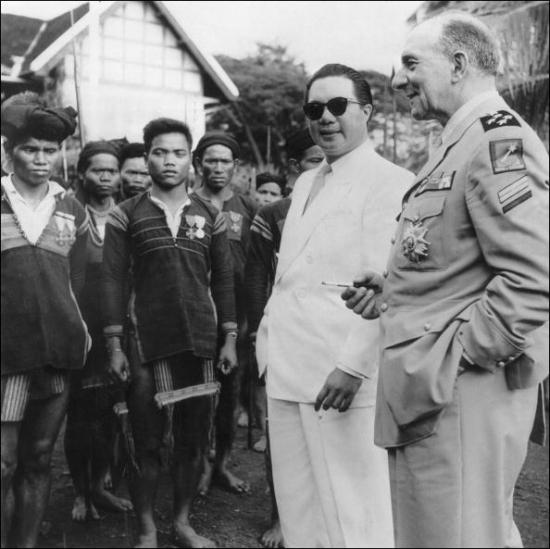 Bảo Đại chụp cùng Tướng Pháp Đờ-lát Đờ Tát-xi-nhi trong chuyến thăm đồng bào thiểu số Tây Nguyên tại Buôn Mê Thuột vào tháng 5/1950 (Ảnh: Stringer/AFP)