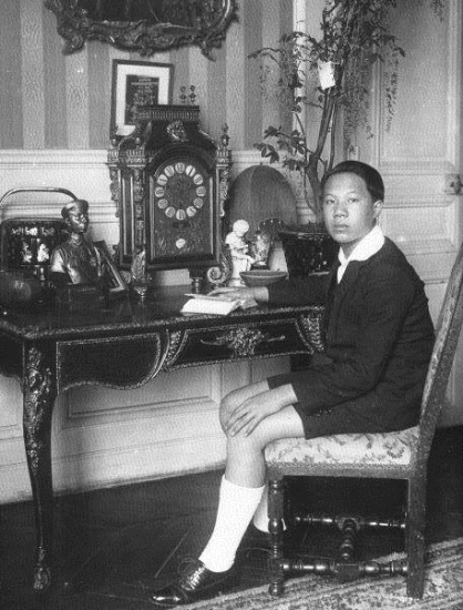 Cũng trong năm 1922, Hoàng tử Vĩnh Thụy được vợ chồng cựu Khâm sứ Trung Kỳ Jean François Eugène Charles nhận làm con nuôi và bắt đầu quá trình học tập theo chương trình giáo dục Pháp. Đến năm 1932, ông theo học tại Trường Khoa học Chính trị Pháp (Ảnh: Bettmann)