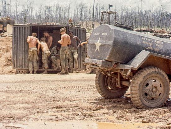 Lính Mỹ bên một container hàng hóa.