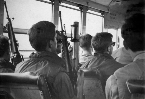 Lính Mỹ trên xe buýt quân đội.