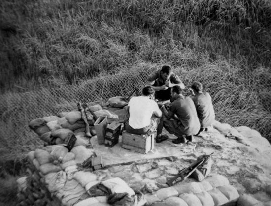 Lính Mỹ trên một công sự.