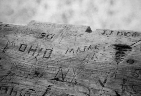 Những dòng chữ lính Mỹ khắc trên chiếc hòm gỗ.