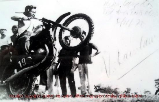 Phụ trách Câu lạc bộ lúc bấy giờ là thầy Long Hưng và huấn luyện viên Lê Văn Lẫm, cán bộ của Sở Thể dục thể thao Hà Nội, người từng đứng thứ 4 trong cuộc thi mô tô của 12 nước xã hội chủ nghĩa.