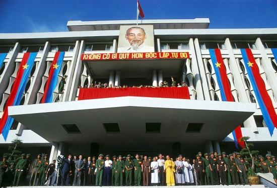 Dinh Độc Lập được trang hoàng bằng cờ Mặt trận Giải phóng trong buổi đại lễ mừng chiến thắng ngày 15/5/1975.