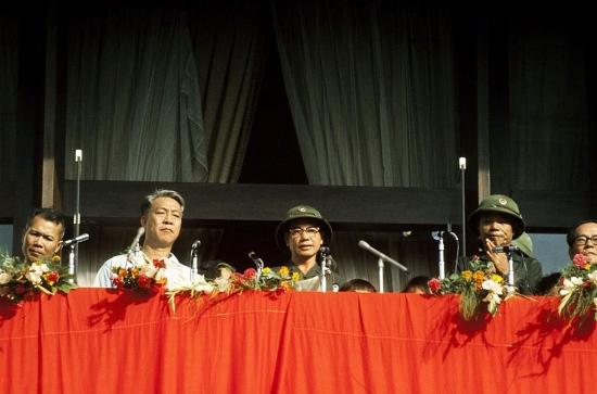 Các lãnh đạo quân đội có mặt trên khán đài ở tầng 2 Dinh Độc Lập: Tướng Trần Văn Trà - Chủ tịch Ủy ban Quân quản Sài Gòn - Gia Định (người ở giữa) và phó Chủ tịch Mai Chí Thọ (áo trắng).