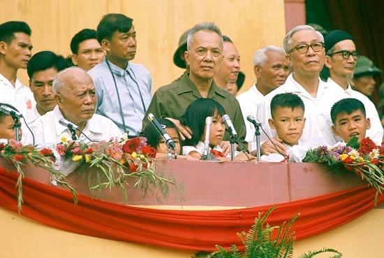Các vị lãnh đạo nhà nước có mặt trong buổi lễ, từ trái qua phải: Chủ tịch nước Tôn Đức Thắng, Chủ tịch Hội đồng cố vấn Chính phủ Cách mạng lâm thời Nguyễn Hữu Thọ, Trưởng ban Tổ chức Trung ương Lê Đức Thọ.