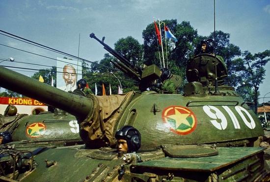 Xe tăng của Quân đội Nhân dân Việt Nam tiến về Dinh Độc Lập trong lễ diễu binh.