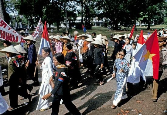 Các đoàn đại biểu và dân chúng rời khỏi khu vực Dinh Độc Lập khi buổi lễ kết thúc.