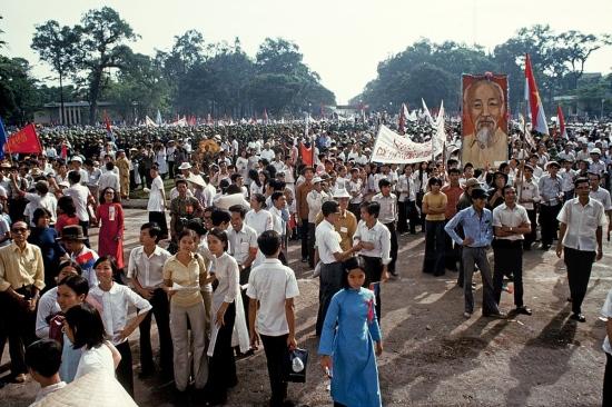Hàng vạn người đã có mặt ở phía trước Dinh Độc Lập để tham gia mít tinh mừng thống nhất đất nước.