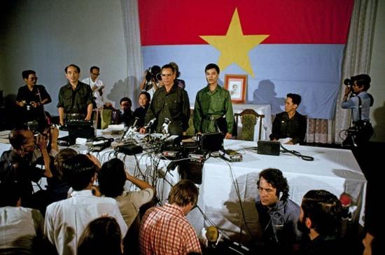 Tướng Trần Văn Trà trả lời phóng viên quốc tế trong buổi họp báo tổ chức ở Dinh Độc Lập.