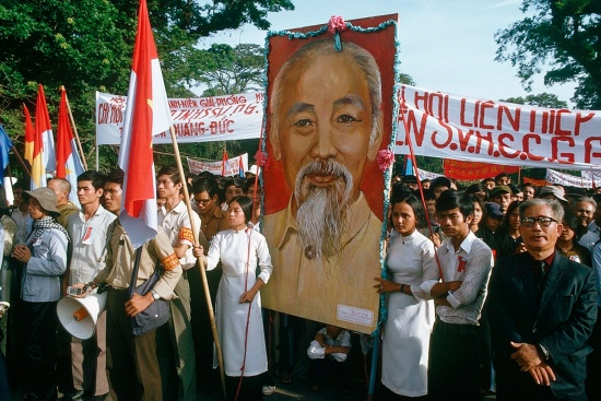 Chân dung Chủ tịch Hồ Chí Minh xuất hiện trang trọng tại buổi lễ.