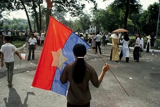 Nhiều người vẫn cầm trong tay lá cờ của Mặt trận Giải phóng.
