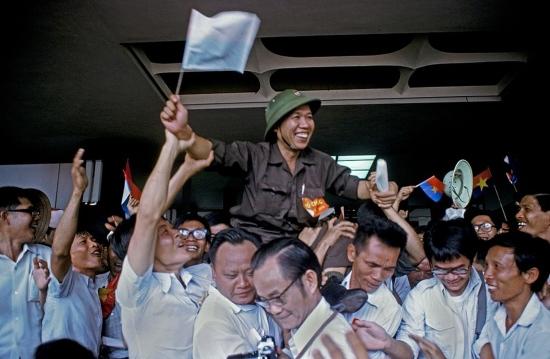 Cán bộ và chiến sĩ bày tỏ niềm vui trong Dinh Độc Lập.
