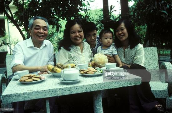 Đại tướng Võ Nguyên Giáp cùng vợ là phó giáo sư Đặng Bích Hà, bà Võ Hạnh Phúc - người con gái thứ hai của Đại tướng với phu nhân Đặng Bích Hà - và hai cháu trong vườn nhà ở Hà Nội năm 1983.