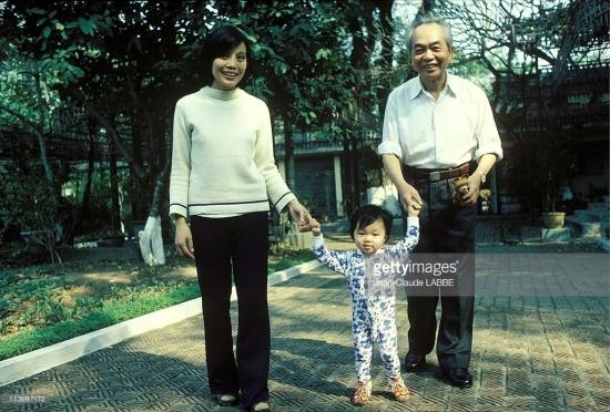 Đại tướng Võ Nguyên Giáp cùng mẹ con bà Võ Hòa Bình – người con gái đầu của Đại tướng với phu nhân Đặng Bích Hà.