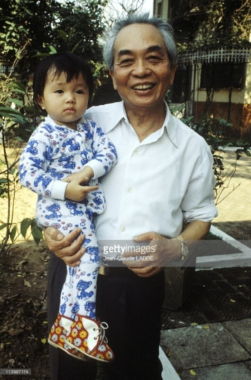 Nụ cười của Đại tướng khi bế đứa cháu ngoại trên tay.