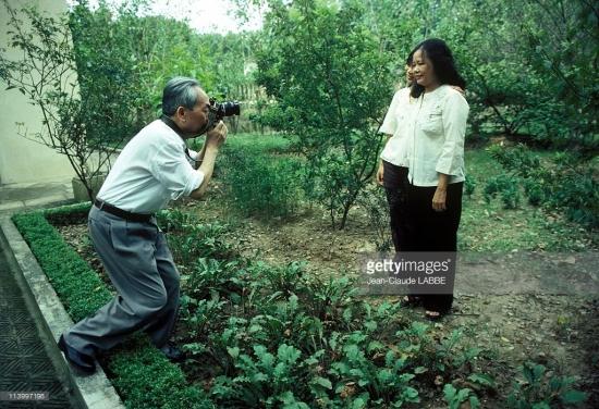 Đại tướng chụp ảnh cho phu nhân và con gái trong vườn nhà.