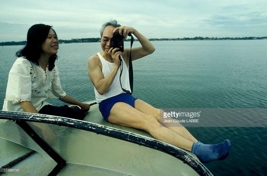 Đại tướng và con gái Võ Hạnh Phúc ở hồ Tây.