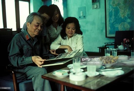 Đại tướng cùng gia đình quây quần xem album ảnh gia đình.