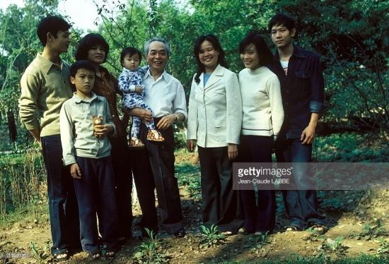 Đại tướng và các thành viên gia đình chụp ảnh tập thể.