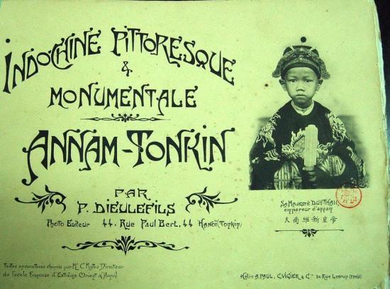 """Trong ảnh là bìa của album mang tên """"Đông Dương đẹp như tranh vẽ"""", xuất bản năm 1910."""