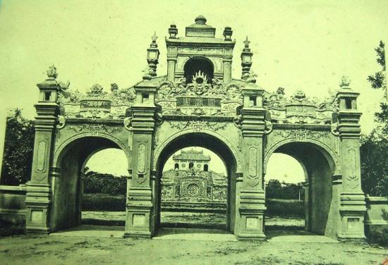 Một cánh cổng của Hoàng thành Huế.