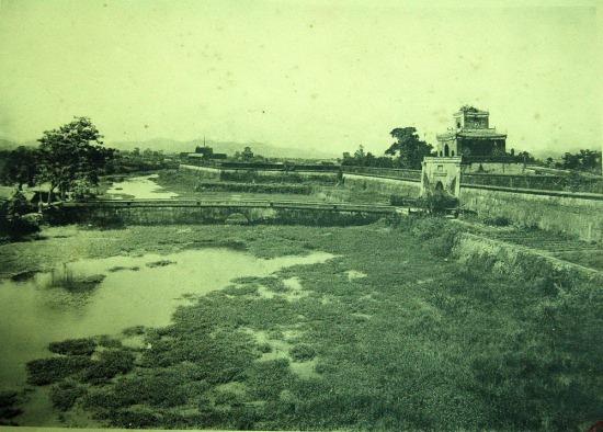 Khung cảnh bên ngoài Hoàng thành Huế.