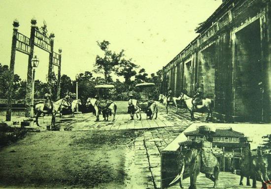 Người và ngựa đi qua Ngọ Môn ở Tử Cấm Thành Huế.