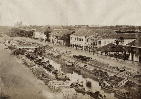 Kênh Lớn khoảng thập niên 1880, nay đã bị lấp và trở thành đường Nguyễn Huệ. Phía xa là nhà thờ Đức Bà.