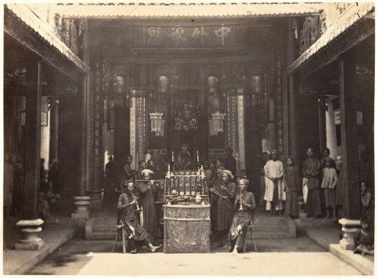Nghi lễ trong một ngôi chùa ở Chợ Lớn năm 1866.
