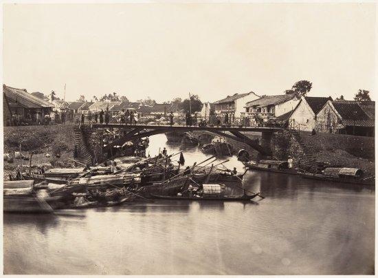 Một phần bức ârnh panorama của kênh Tàu Hủ đoạn chảy qua Chợ Lớn. Cây cầu trong ảnh nay là Đại lộ Đông Tây.