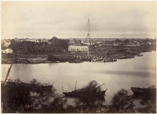 Một phần bức ảnh panorama của khu vực Thương cảng Sài Gòn. Trong ảnh là cột cờ Thủ Ngữ ở thương cảng Sài Gòn.
