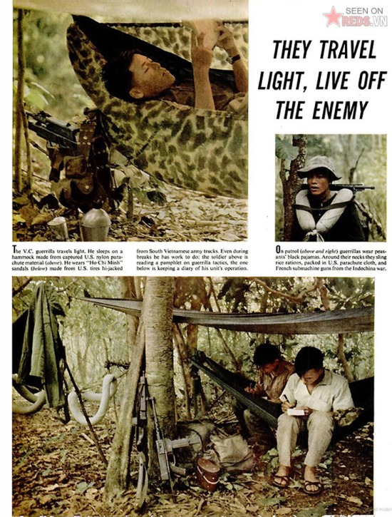 """Du kích Giải phóng hành quân với trang bị nhẹ. Họ ngủ trên võng làm bằng vải dù nylon của Mỹ, đeo bao gạo cũng làm bằng vải dù Mỹ, đi dép """"Hồ Chí Minh"""" làm từ lốp xe quân sự Mỹ viện trợ cho quân đội VNCH. Khi nghỉ ngơi họ đọc sách hướng dẫn chiến tranh du kích hoặc viết nhật ký của đơn vị."""