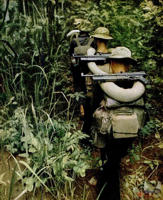 Nhiều chiến sĩ dùng súng do Pháp sản xuất, có từ thời kỳ trước năm 1954.