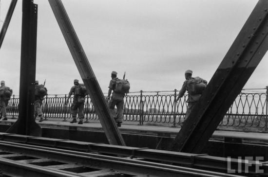 Một nhóm lính di chuyển trên cầu Long Biên.