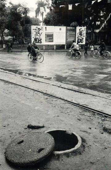 Một hố tránh bom cá nhân nằm cạnh đường tàu điện tại một con đường ở Hà Nội.