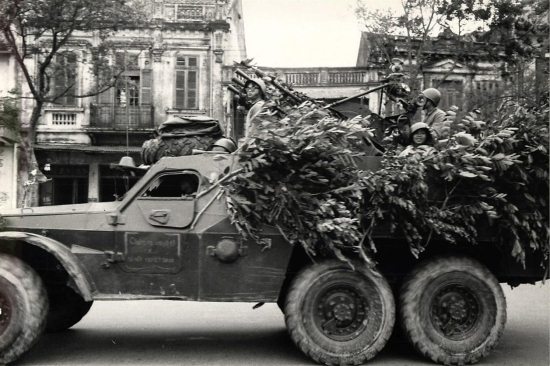 Xe bọc thép chở quân BTR-152 của Liên Xô được cải biến thành xe phòng không ở Hà Nội.