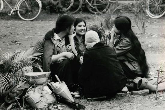 Các nữ dân quân Hà Nội nghỉ giữa giờ trong một buổi luyện tập.