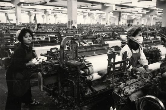 Công nhân trong Nhà máy Dệt 8 Tháng 3 tại Hà Nội.