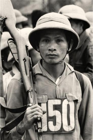 Một dân quân trong buổi tập luyện tại Hà Nội.