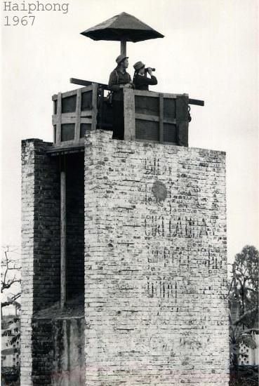 Dân quân túc trực trên tháp canh phòng không bên ngoài một nhà máy tại Hải Phòng.