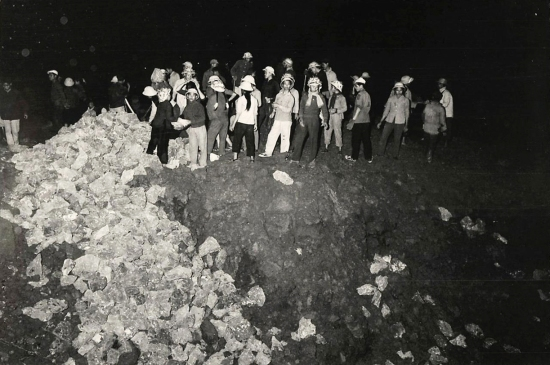 Lực lượng dân quân dùng đất đá lấp một hố bom khổng lồ do máy bay Mỹ vừa gây ra trên Quốc lộ 1 gần Ninh Bình. Chỉ sau 3 giờ hố bom đã được xử lý, xe cộ lưu thông bình thường trở lại.