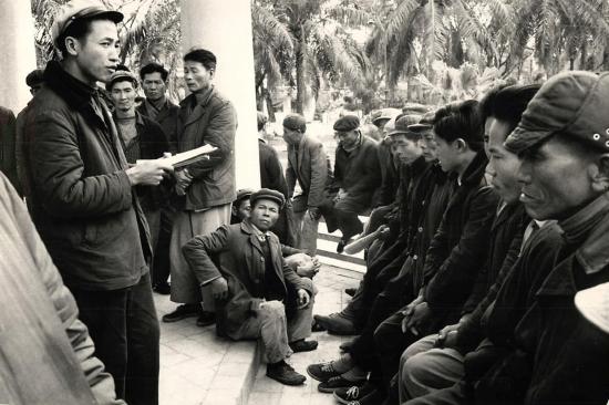 """Trong một công viên tại Hải Phòng, các công nhân cảng tổ chức một buổi """"tự phê"""", thảo luận cách đẩy nhanh công việc tại cảng."""